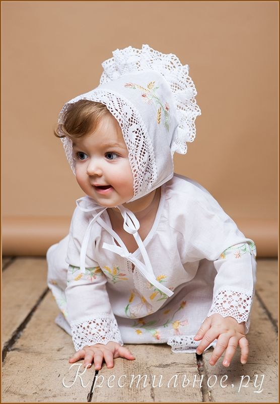 Яркое, праздничное, оригинальное и очень красивое крестильное платье-сорочка из нашей мастерской. Выполнено из умягченного отбеленного льна (50/50 лен/хлопок), имеет широкое плетеное кружево и богатую вышивку в русском стиле.