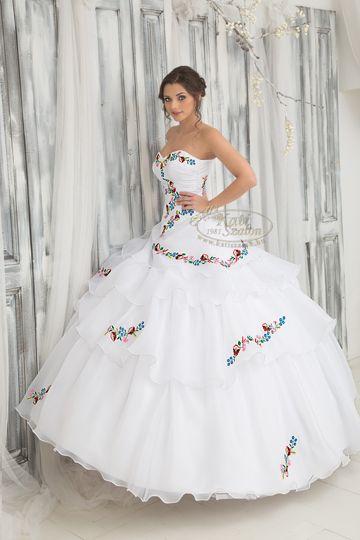 303- új és régi találkozása - régi kalocsai minta, új, modern fazonú esküvői ruhán