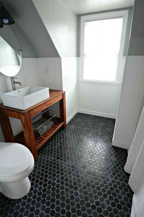 carrelage hexagonal noir pour sol de salle de bain blanche