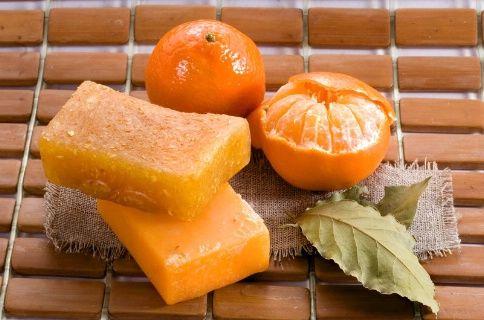 """Un masque """"lifting"""" pour les peaux fatiguées / Dans un bol, mélangez un blanc d'oeuf, une cuillère à soupe de miel liquide et le jus d'un demi-citron. Battez énergiquement. Appliquez sur votre visage et gardez-le vingt minutes. Rincez à l'eau froide. Ce masque hyperprotéiné retend la peau immédiatement !"""