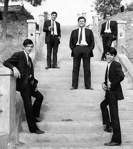 Οι Olympians στη σκάλα της Ν.Κρήνης, δίπλα στον «Μπάτη», το 1966