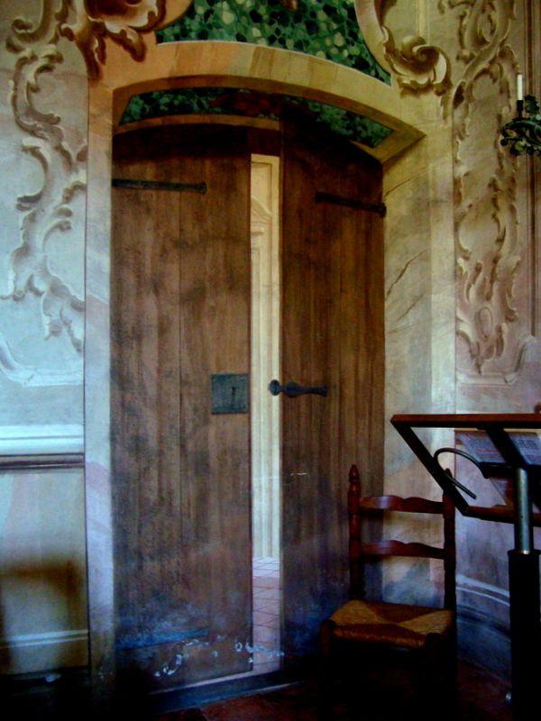 La #porta dipinta all'interno della #Chiesetta. #arte Castello degli Angeli: www.castellodegliangeli.com