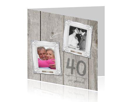 Mooie robijnen huwelijk uitnodigingskaart met steigerhouten schutting en twee foto's. Dit wordt een dag om nooit te vergeten jullie zijn alweer 40 jaar getrouwd. Ga op zoek naar twee leuke foto's en plaats deze in de fotolijstjes die aan de steigerhouten schutting hangen.