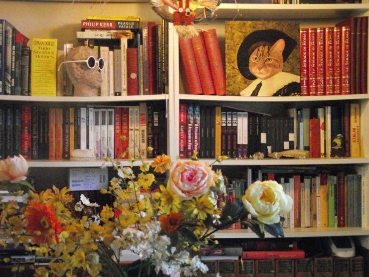 La biblioteca di Ben Pastor. Nata a Roma, docente di Scienze Sociali nelle Università americane, ha scritto narrativa di generi diversi, con una particolare predilezione verso il poliziesco storico. Il suo ultimo libro Il cielo di stagno è pubblicato da Sellerio.