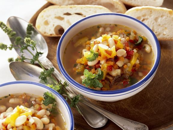 Bohnensuppe auf rumänische Art ist ein Rezept mit frischen Zutaten aus der Kategorie Gemüsesuppe. Probieren Sie dieses und weitere Rezepte von EAT SMARTER!