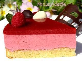 Bavarois aux framboises, miroir aux fraises, sur fondant aux amandes, Photo 4