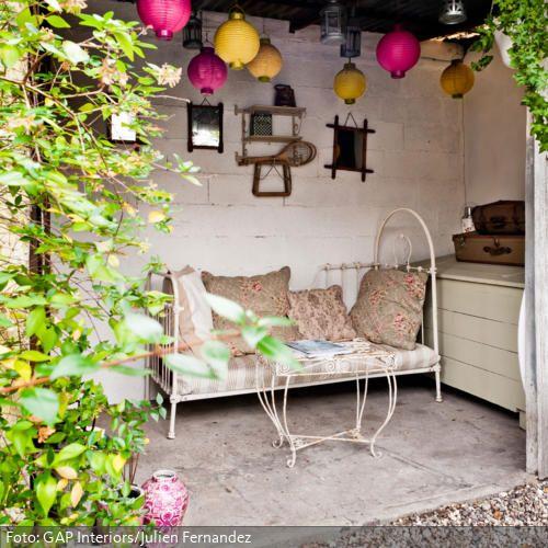 Überdachte Sitzecke im Garten | roomido.com