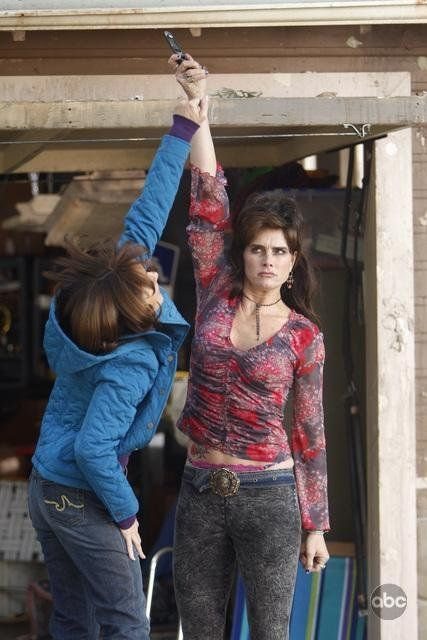 Still of Brooke Shields and Patricia Heaton in По средата (2009)