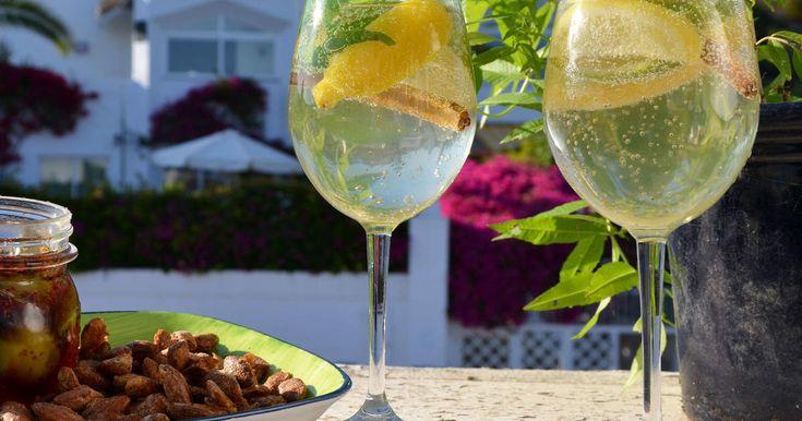 Ett glas sangria är nästan ett måste när du besöker Spanien! Det här är sangria på Tinas sätt, med vitt vin, cointreau och mynta.