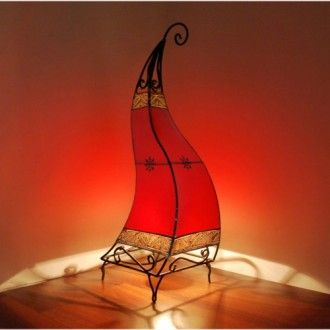 Orientalische Leuchten, wie diese orientalische Lederlampe, erfreuen sich hierzulande immer mehr der Beliebtheit, denn wer möchte nicht ein gemütliches Licht zu Hause haben, das im besten Falle noch an den Urlaub erinnert und den Orient in all seiner Pracht widerspiegelt...