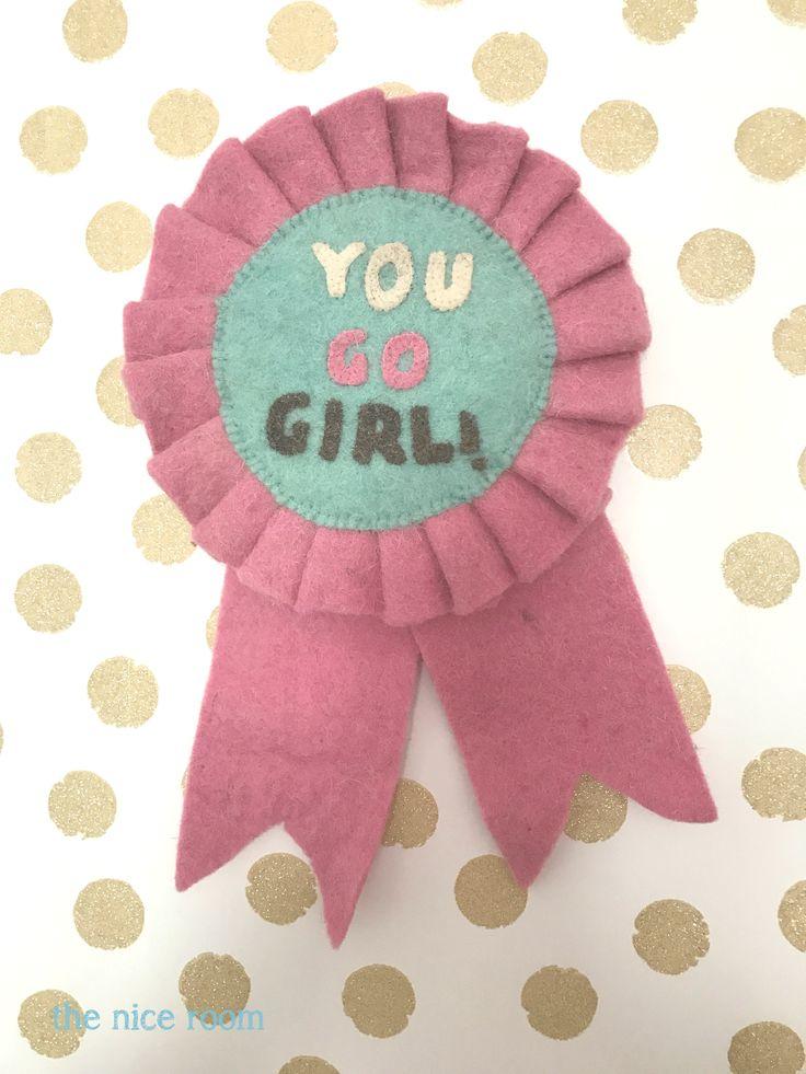 """Banderola """"You go girl"""" en la habitación de Martina decorada por the nice room"""