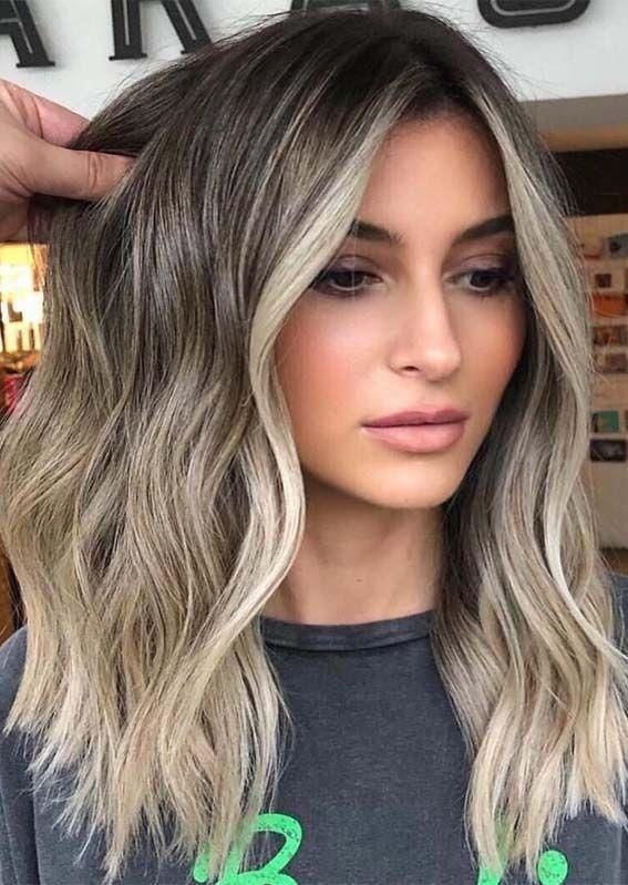 Auffällige Blonde Shades mit Dark Roots im Jahr 2019