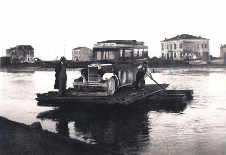 """""""al pass"""" di Magnavacca, il traghetto trasporta la corriera al di la del canale che imboccava la Romea per raggiungere Ravenna. Il passo per anni è stato gestito dalla famiglia Scrignoli"""