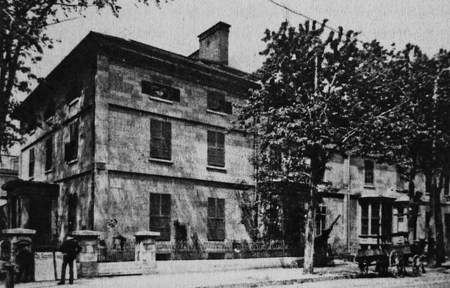 """Montréal, vers 1880. Coin Nord-Est de ave. Union et rue Sainte-Catherine.Construction: vers 849.  Ces maisons en rangée de type """"Terrace"""" se trouvaient dans ce qui était alors un quartier résidentiel huppé, au Nord du Square Phillips. Elles furent construites, semble-t-il, avec des pierres récupérées des ruines de l'ancien édifice du Parlement canadien William Hingston qui fut maire de Montréal y a demeuré.Site actuel du grand magasin la Baie (Morgan)…"""