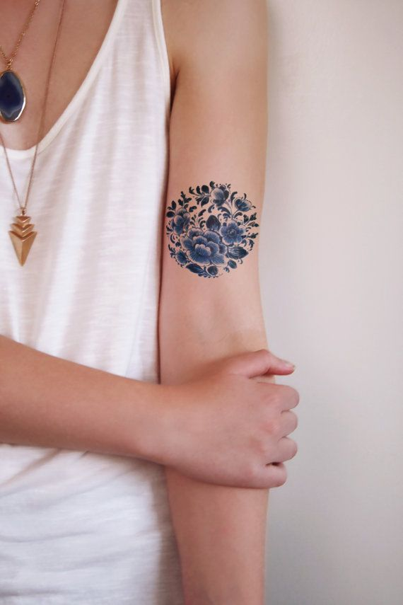 Temporary round 'Delfts Blauw' floral tattoo by Tattoorary on Etsy