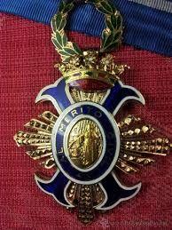 Venera: Insignia distintiva que traen pendiente al pecho los caballeros de cada una de las órdenes.
