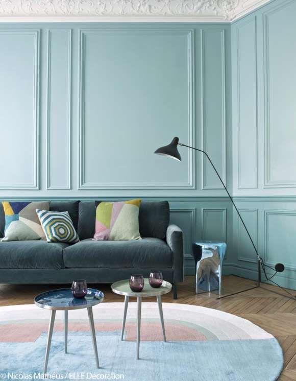 """Dans le salon, les murs sont teintés de subtils bleus (""""PO.15.55"""" et """"PI.09.69"""" de Sikkens). Lampada... - Fournis par Lagardère Active Digital"""