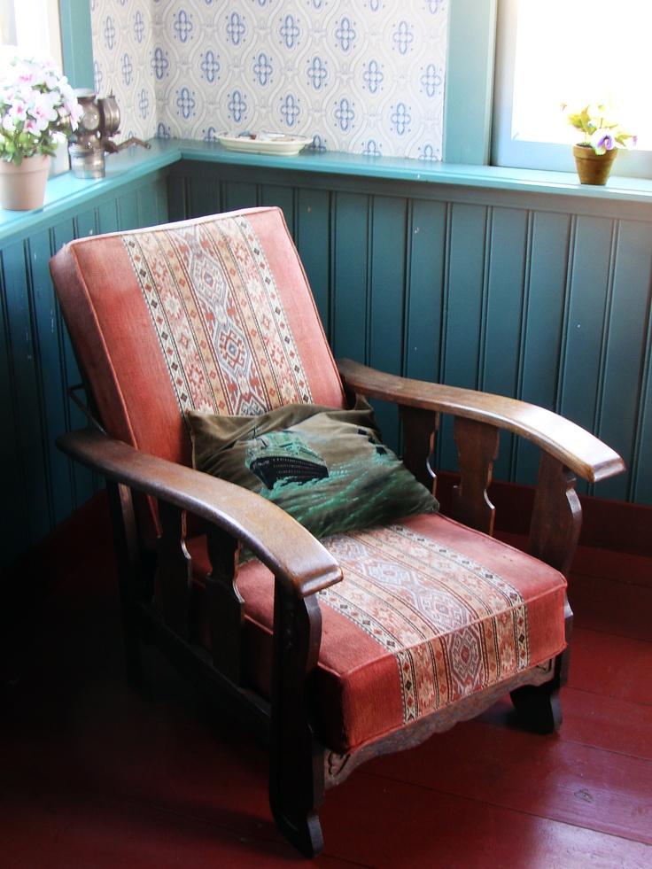 Opa's rookstoel. Wat een heerlijke gedurfde kleurencombinaties hadden ze toen toch. Interieur Tolhuis Veenpark. Grandpa's chair. What a wonderful color combinations they had in those days. Interior tolbooth.
