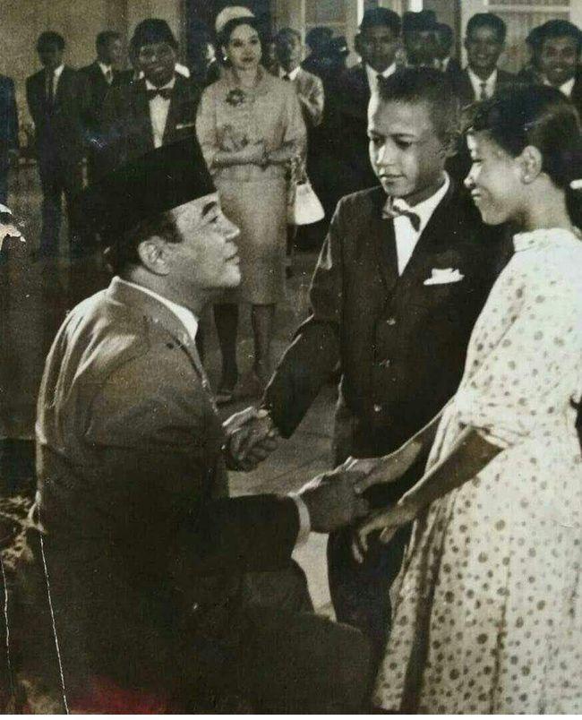 Viral Foto Obama Kecil Bersalaman dengan Soekarno