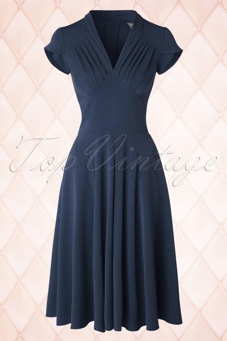 Deze50s Odette Swing Dress is een op de jaren 50 geïnspireerde jurk die ideaal is voor het nieuwe seizoen!  De top is mooigesneden envoorzien van korte mouwtjes met een overslagje en een elegante V-halslijn voor een pin-up touch: door de plooitjes is de top perfect voor alle cupmaten. Uitgevoerd in eenheerlijke, soepel vallende, donkerblauwe stof met een lichte stretch.Metopvallende sieraden en een paar high heelsdraag je hem naar een feestje maa...