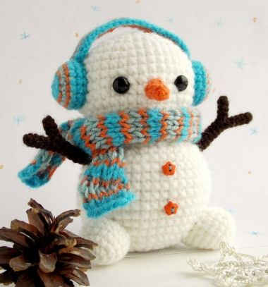 Cute  amigurumi snowman (free crochet pattern) // Miniatűr amigurumi hóember minta (ingyenes horgolásminta) // Mindy - craft tutorial collection // #crafts #DIY #craftTutorial #tutorial #DIYToys #ToyMaking #HandmadeToy
