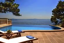 Diese Villa ist ein Objekt der absoluten Luxus-Klasse.  Im Ferienhaus hat man von fast allen Räumen einen sensationellen Meerblick und direkt neben dem Haus geht ein kleiner, jedoch öffentlich zugänglicher Weg, zu einer schönen Badestelle.  Das 80qm große Wohnzimmer mit bodentiefen Panorama Fenstern mit Blick über den Überlaufpool hinaus aufs Meer gibt einem fast das Gefühl als stände man im Freien und sogar aus der Küche hat man den Blick auf das Mittelmeer Mallorcas.