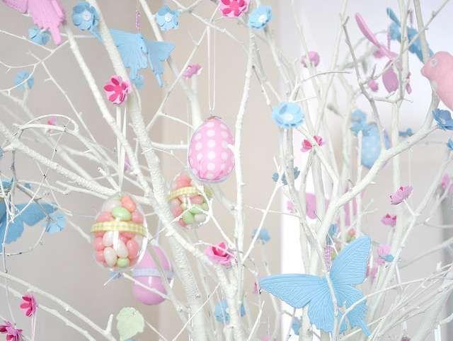 ALBERO DI PASQUA BIANCO Alberi di Pasqua con rami bianchi e uova color pastello.