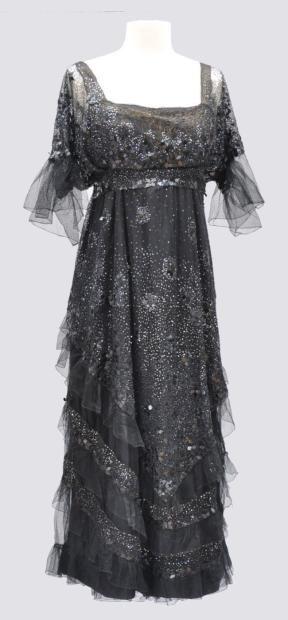 Robe du Soir à manches courtes en tulle pailleté noir. Vers 1915. Griffé Worth. Avec une surjupe vollantée à paillette