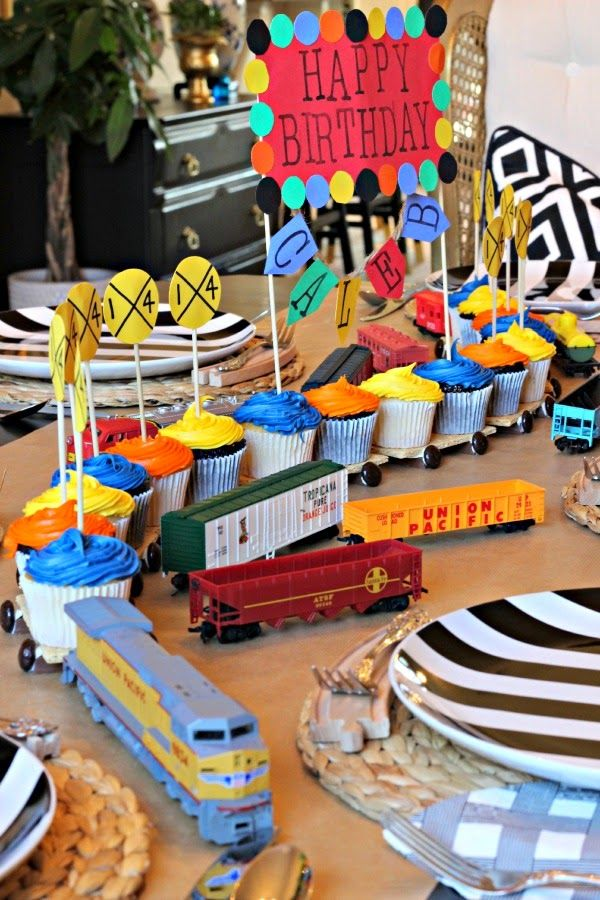 Dimples and Tangles: TRAIN BIRTHDAY PARTY, train cupcake cake