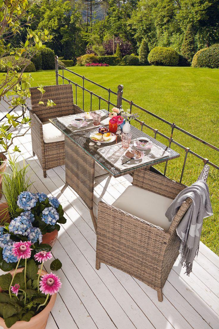 miaVILLA_Praktisches Gartenmöbel-Set aus Kunstrattan. Die Stühle lassen sich platzsparend unter den Tisch schieben.