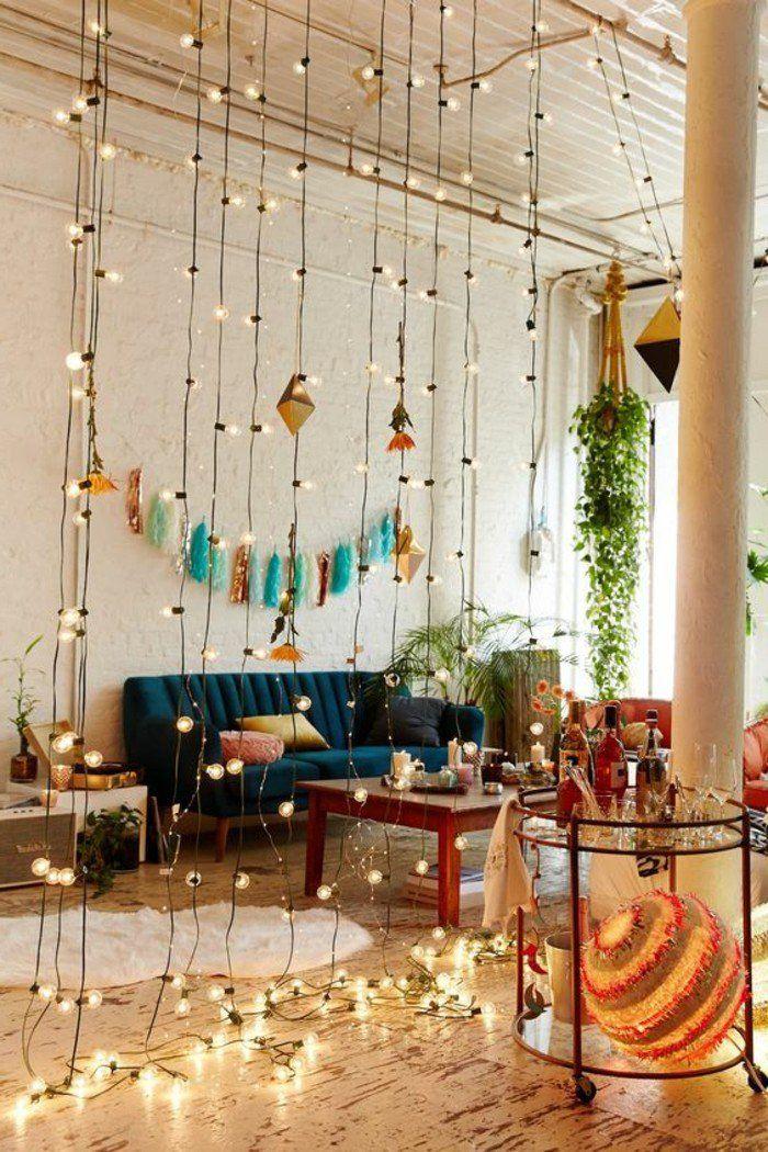 mur en briques beiges, canapé bleu foncé dans le salon chic, plan studio 20m2