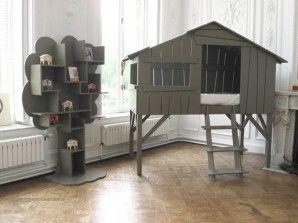 Lit cabane ou cabane lit ? Le rêve pour un enfant ! et j'adore la bibliothèque en forme d'arbre qui va avec :) (plus de cabane lit sur le site de la marque Anders !)