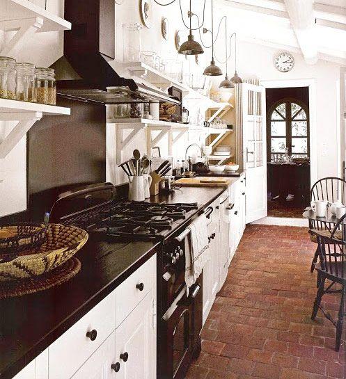 Tegel. Tegelgolv i kök för tankarna till ett lantkök eller franskt bistrokök. Rustikt och vansinnigt elegant.