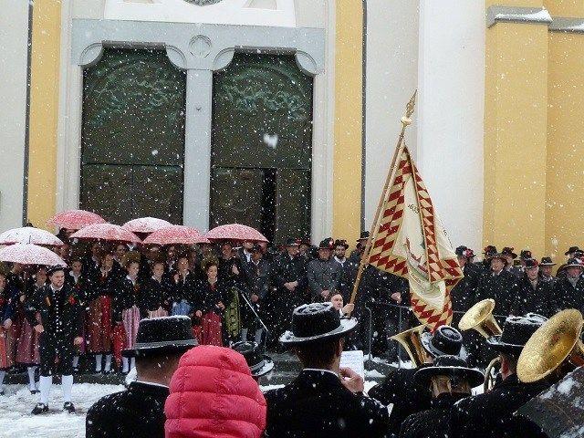 Traditionelles Fahnenschwingen am Fasnatziestag in Oberstaufen