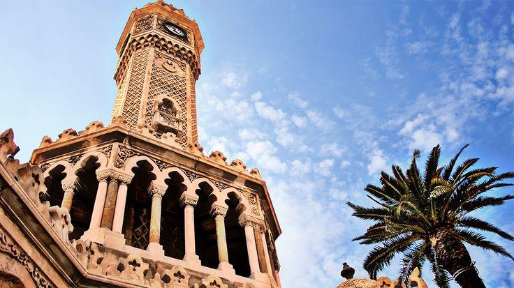 Yapılışından günümüze bir İzmirlilerin buluşma noktalarından biri olan Saat Kulesi Konak Meydanı'ndadır.