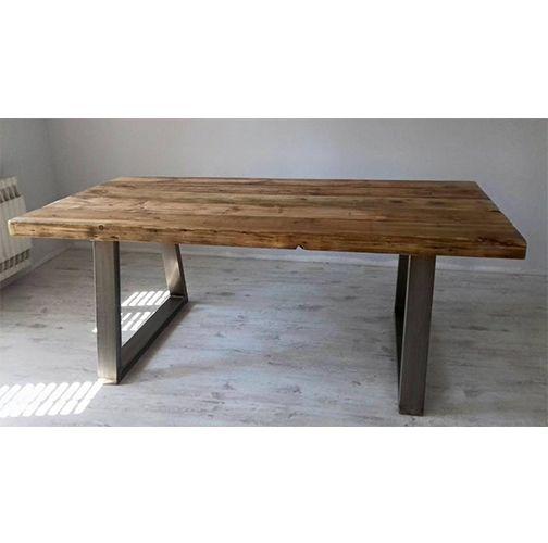 Mesa de estilo industrial con patas en forma de U sobre