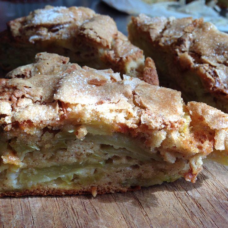 TORTA DI MELE GLASSATA Questa torta è ormai un grande classico, è facile, è buonissima, in grado di profumare tutta la casa mentre cuoce nel forno. In cott