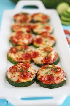 courgette pizzas- de ultieme gezonde snack: courgette-schijfje, tomatenpuree, ham/champignons/paprika/kip/...naar keuze, kaas, 10 min op 180°