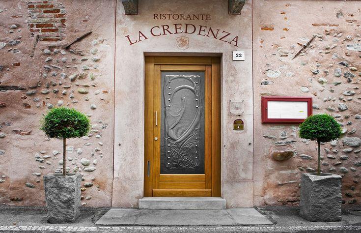 La Credenza  - ph. Stefano Fusaro Nel 2006 ha ottenuto il riconoscimento della prima stella Michelin, in seguito ha ottenuto riconoscimenti dal Gambero Rosso, la Corona Radiosa nella Guida di Paolo Massobrio e 1 cappello nella Guida de l'Espresso.