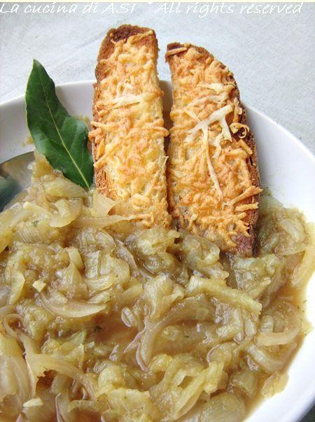 La zuppa di cipolle è un classico che mi piace moltissimo e così servita con crostoni di pane e formaggio è ancora più saporita! Ricetta zuppa di cipolle