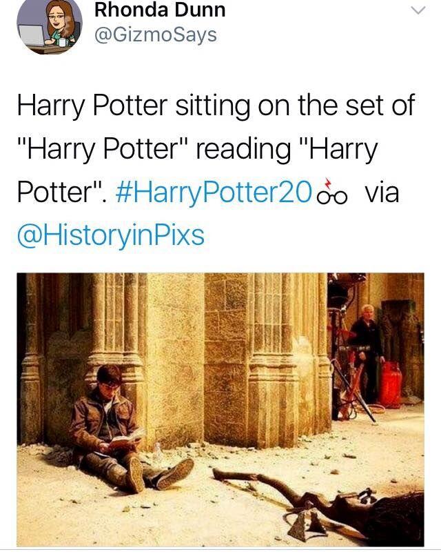 """Harry Potter sentado no set de """"Harry Potter"""" lendo """"Harry Potter""""..."""
