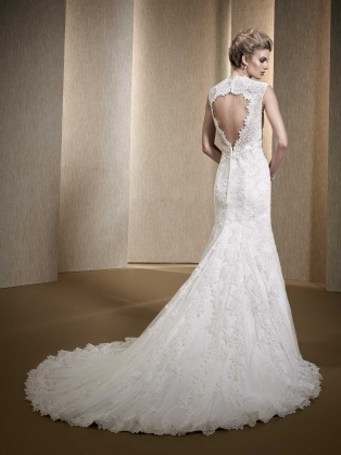 Diamond back opening in bridal gown