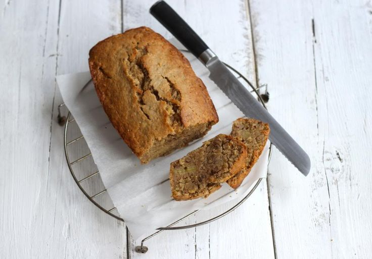 Een heerlijke en smeuïge bananencake die echt een aanrader is! Ook als je niet dol bent op banaan, is deze cake een tip! Eet smakelijk!