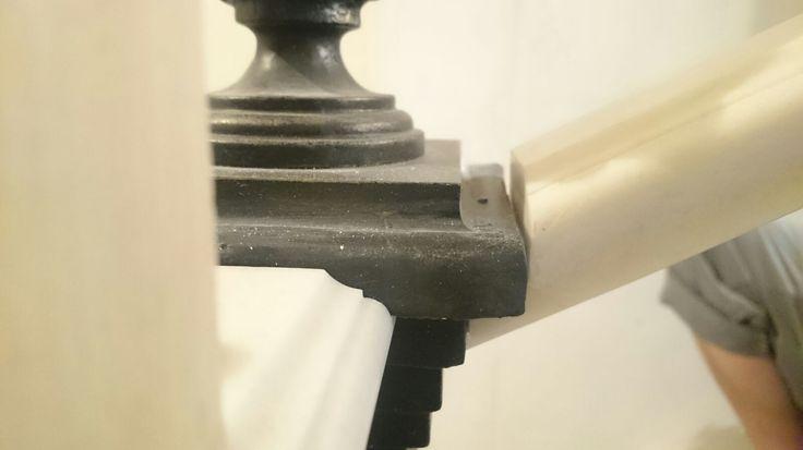 Белые поручни лестницы из искусственного камня. Акриловый камень позволяет создать любой дизайн лестницы, перил и поручней. White handrail stairs made of artificial stone. Acrylic stone can create any design stairs, railings and handrails.