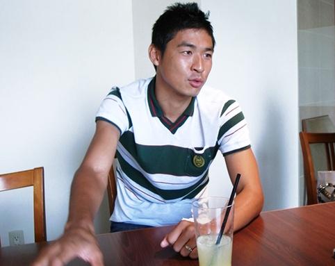 福田健二が日本を飛び出してからすでに4年半(2008年当時)が過ぎようとしている。ピッチではフォワードとしてゴールへの飽くなき執着心を剥き出しにする福田だが、スパイクを脱いだ彼の素顔は驚くほど純朴で穏やかだ。