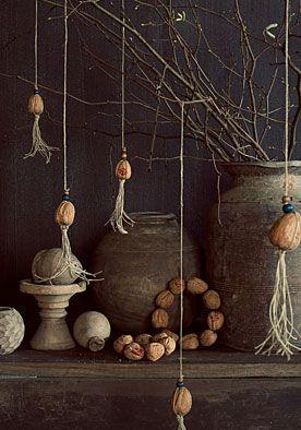 Walnootkrans DIY   doe het zelf  Als je snel een warme wintersfeer in je huis wilt, dan moet je deze walnotenkrans maar eens maken. www.twoonhuis.nl