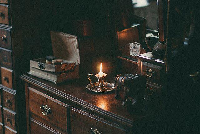 rainysundaysandcoffee:  Details at the Sherlock Holmes Museum, London on Flickr.