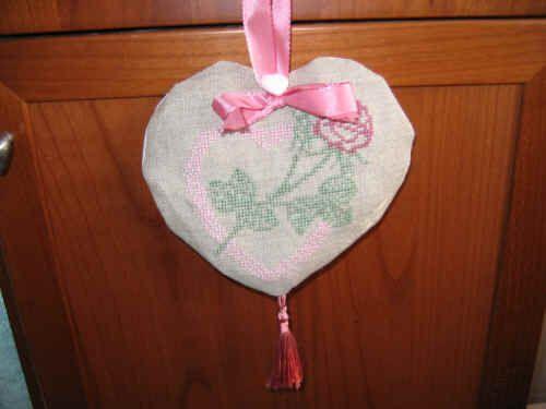 In occasione della Festa della Mamma 2006, ho pensato di ricamare un cuoricino.Lo schema (54 X 60 punti) è un free scovato in internet. Ricamato tra il 28/3/2006 e l'1/4/2006 su lino 120 fili.