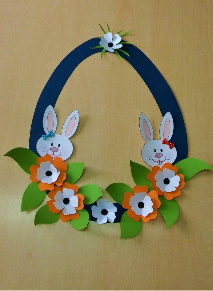 Ovo de Páscoa decorado com flores e coelhinhos.