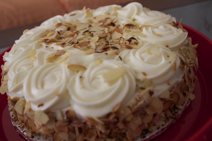 Tarta de Calabaza y Galleta, densa pero muy rica. La receta la saco mi abuela de la tele, o eso dice porque yo no consigo encontrarla en ninguna parte... Decorada con crema de queso y almendra...